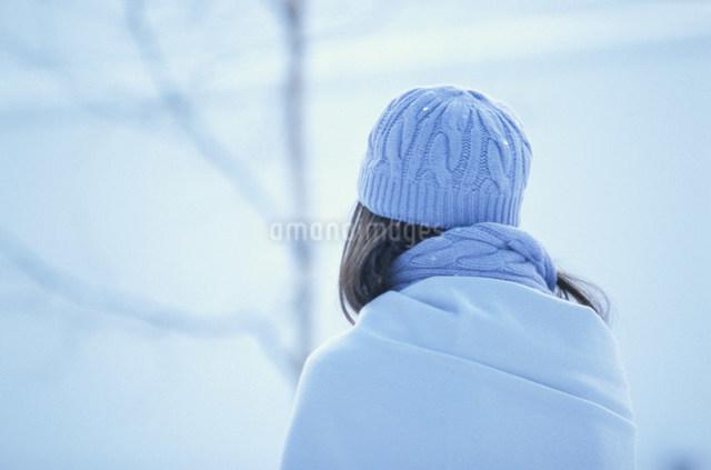 水色の毛糸の帽子とストールをした女性の写真素材 [FYI03231469]