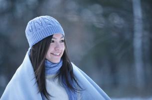 水色の毛糸の帽子とマフラーとストールをした女性の写真素材 [FYI03231471]