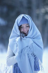 水色の毛糸の帽子とストールをした女性の写真素材 [FYI03231477]