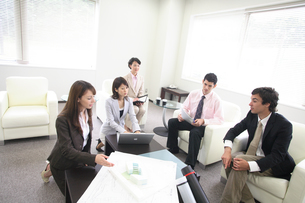 オフィスで打ち合わせをするグループの写真素材 [FYI03231526]