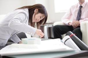 模型を見る日本人女性の写真素材 [FYI03231544]