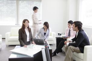 ミーティングをする外国人ビジネスマンと女性の写真素材 [FYI03231576]