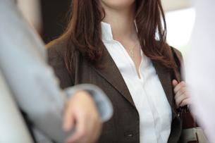 白いブラウスと茶のスーツの女性の写真素材 [FYI03231619]