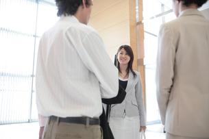 談笑する日本人女性と男性の写真素材 [FYI03231624]