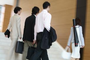 ホールを歩く男女の後姿の写真素材 [FYI03231630]