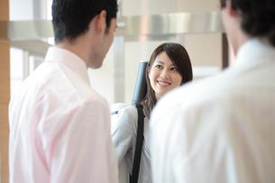 談笑する日本人女性と男性の写真素材 [FYI03231632]