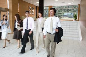 ホールを歩く男性2人と3人の女性の写真素材 [FYI03231636]