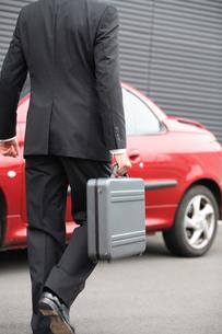 ビジネスバックを持って歩く男性の後姿の写真素材 [FYI03231651]