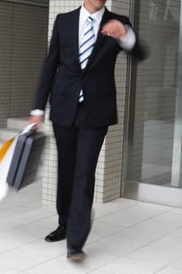ビジネスバックとペーパーバックを持つ男性の写真素材 [FYI03231655]
