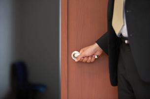 ドアを開ける男性の写真素材 [FYI03231664]