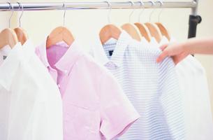 シャツを選ぶ女性の手元の写真素材 [FYI03231690]