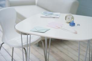 テーブルの上のレターセットや置き時計の写真素材 [FYI03231717]