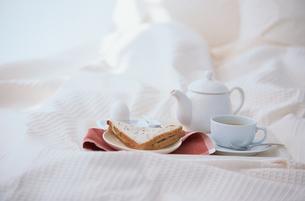 ベットの上のサンドイッチやお茶の朝食の写真素材 [FYI03231719]