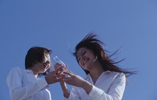 白いシャツを着た女性2人の写真素材 [FYI03231750]