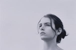 髪を束ねた女性の写真素材 [FYI03231757]