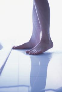 シャワーを浴びている女性の足の写真素材 [FYI03231774]