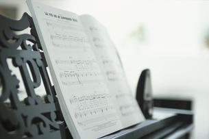 ピアノの上の楽譜の写真素材 [FYI03231843]