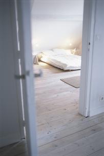 ドアのあいたベットルームの写真素材 [FYI03231857]