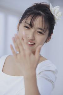 指輪を見せる笑顔の花嫁の写真素材 [FYI03231899]