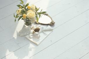 床の上の黄色い花アレンジメントや香水の写真素材 [FYI03231917]