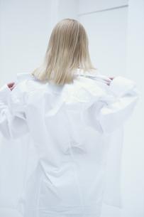 白いシャツをまとう女性の写真素材 [FYI03231927]