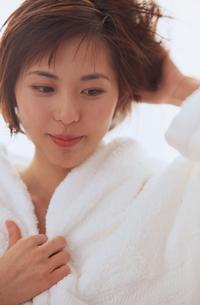 白いバスローブを着た女性の写真素材 [FYI03231946]