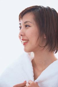 バスローブを着た女性の横顔の写真素材 [FYI03231948]