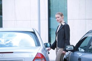 駐車場で車のドアを開ける女性の写真素材 [FYI03231961]