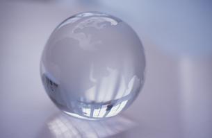 ガラスの地球儀の写真素材 [FYI03231967]