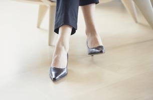 黒いハイヒールを履いた女性の足元の写真素材 [FYI03231989]