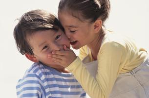 内緒話をする女の子と男の子の写真素材 [FYI03232017]