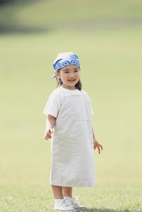 青いバンダナを巻いた笑顔の少女の写真素材 [FYI03232030]