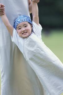 お母さんと遊ぶ青いバンダナの少女の写真素材 [FYI03232080]