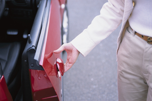 車のドアに手を掛けた女性の手元の写真素材 [FYI03232082]