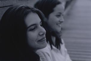 微笑んだ女性2人の横顔の写真素材 [FYI03232121]