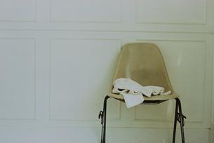 椅子の上の白いニットの写真素材 [FYI03232139]