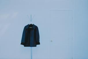 ドアの脇のコート掛にかけた上着の写真素材 [FYI03232150]