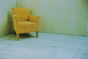 部屋の隅に置いた黄色いソファの写真素材 [FYI03232151]
