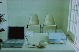 テーブルの上のノートパソコンの写真素材 [FYI03232155]