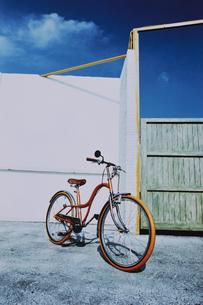 ガレージに置いた自転車の写真素材 [FYI03232156]