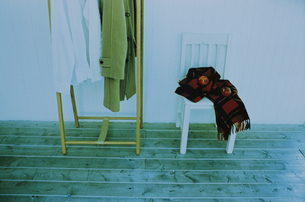 椅子の上のブランケットとコート掛けの写真素材 [FYI03232158]