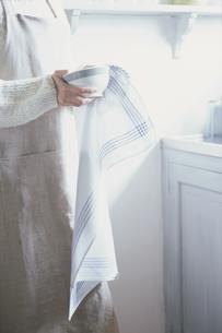 カフェオレボウルを拭く女性の手元の写真素材 [FYI03232166]