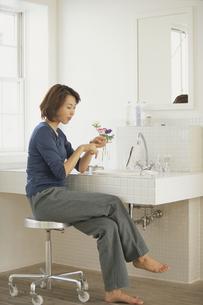 洗面台でネイルケアをする女性の写真素材 [FYI03232168]