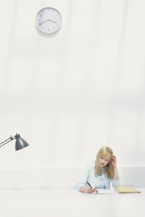 テーブルで仕事をする女性の写真素材 [FYI03232188]