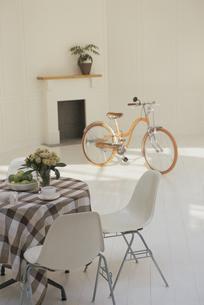 ダイニングテーブルとオレンジの自転車の写真素材 [FYI03232218]