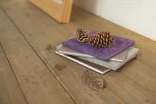 床に置いた洋書と松ぼっくりの写真素材 [FYI03232220]