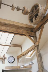 天井の木製の梁と木製の滑車の写真素材 [FYI03232228]