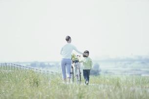 買物帰りのお母さんと女の子の写真素材 [FYI03232237]