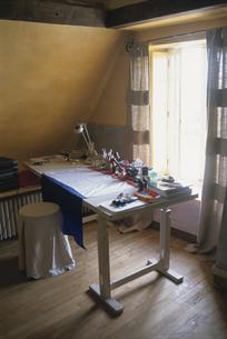 窓辺の作業机の写真素材 [FYI03232238]