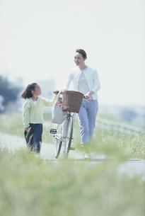 自転車と買物帰りの母と女児の写真素材 [FYI03232244]